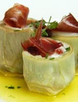 Delicious artichokes with strips of ham from Teruel and prawns