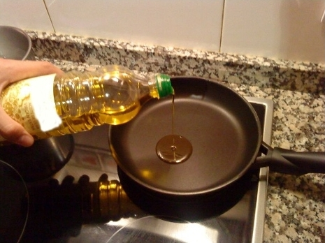 Extra virgin olive oil from Lower Aragón is perfect for frying food