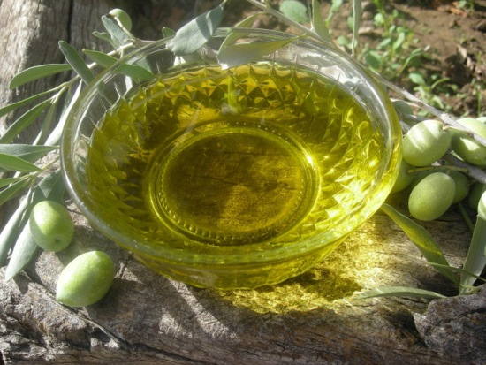 The properties of virgin olive oil make this product an ideal element for homemade remedies