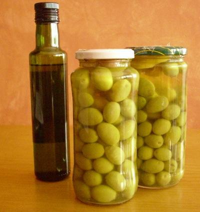 Conserva casera de aceituna verde entera adobada con limón y ajo