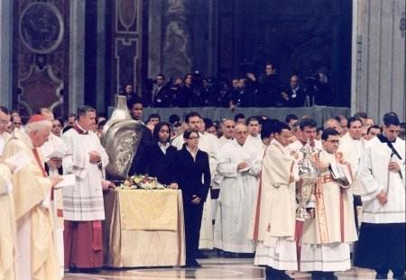 Con el Crisma se unge a los bautizados y se signa a los que van a confirmarse