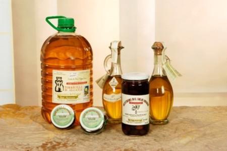 Aceite de oliva, paté y aceitunas ecológicas, perfectamente envasadas