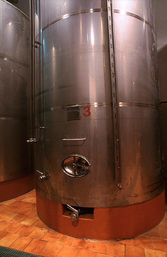 En las almazaras, el aceite es conservado en grandes depósitos