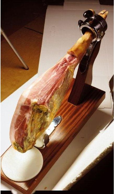 Es importante utilizar unos buenos utensilios para cortar el jamón, como jamonero, cuchillos, etc