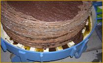Tortas con la pasta de orujo y aceite de oliva preparadas para prensarse
