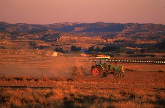 Tractor arando el terreno