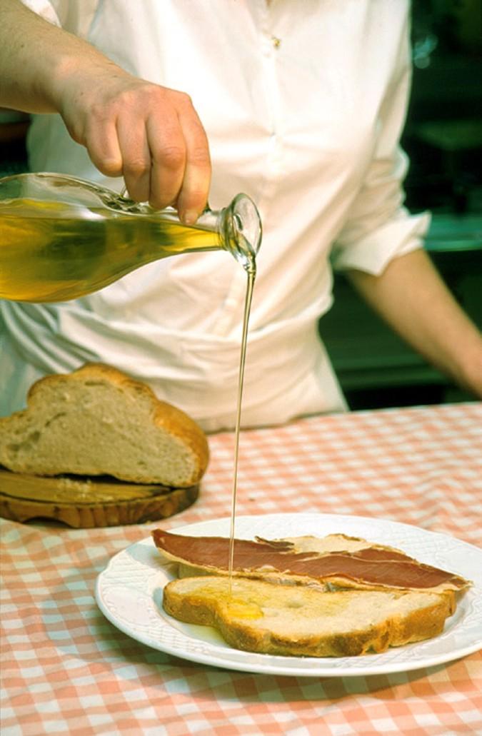 El aceite de oliva es un pilar básico en la dieta mediterranea