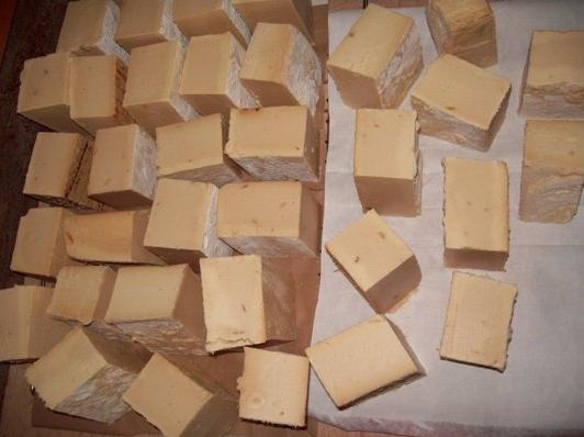 Troceado del jabon casero de aceite de oliva usado, para facilitar sus uso