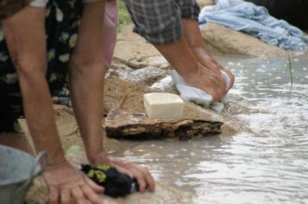 Mujeres lavando con el jabon a base de aceite de oliva virgen extra, muy utilizado en las zonas rurales