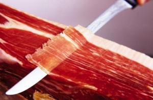 Los cuchillos finos y alargados son los indicados para que las lonchas salgan más finas.