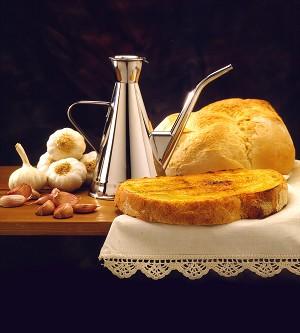 Tostada con aceite de oliva y miel: un alimento sano y natural para toda la familia.