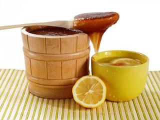 La miel con limón disueltos en agua caliente calma las crisis nerviosas.