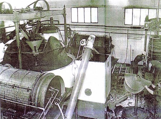 La prensa hidráulica tambien recibe el nombre de molienda con molino de tres rulos o empiedro