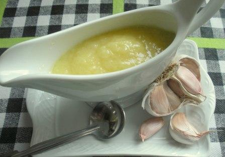 Salsa a base de ajo y aceite de oliva virgen