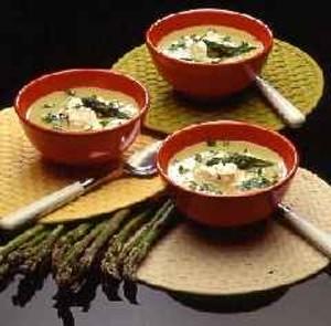 Deliciosa sopa calentita de espárragos verdes