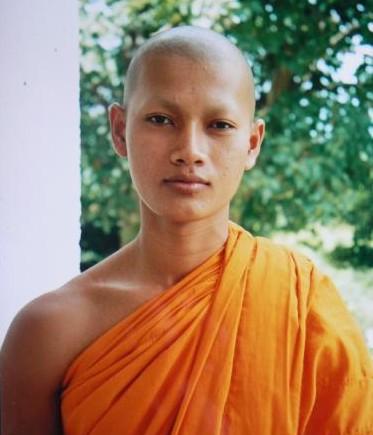 Miembro de la religión budista con la distintiva túnica teñida con azafrán