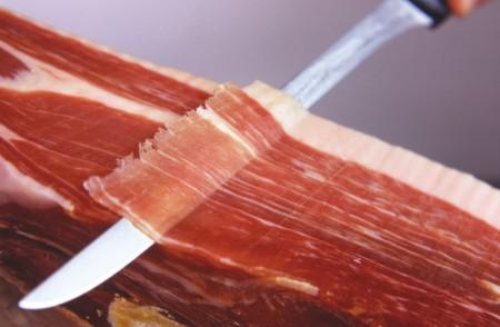 El cuchillo jamonero debe estar bien afilado para extraer las lonchas lo mejor posible